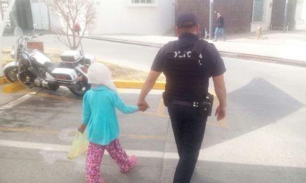 ¡Policías municipales aseguraron a niña de 8 años de edad que deambulaba sola en la calle en Aguascalientes!