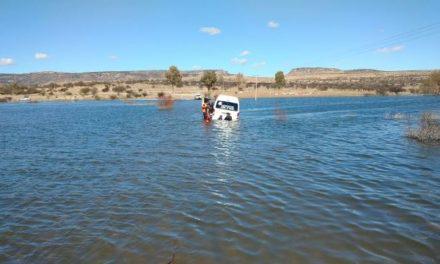 ¡Rescataron a 15 personas de Irapuato de una camioneta que quedó varada en un puente inundado en Aguascalientes!