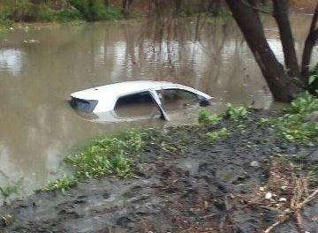 ¡Rescataron a madre e hija de una camioneta que era arrastrada por la corriente de un río en Aguascalientes!