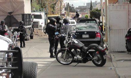 ¡Tras una persecución detuvieron a 2 sujetos con armamento y un auto robado en Fresnillo!