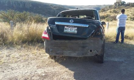 ¡Automóvil se estrelló contra un señalamiento vial en Aguascalientes y el chofer salió ileso!