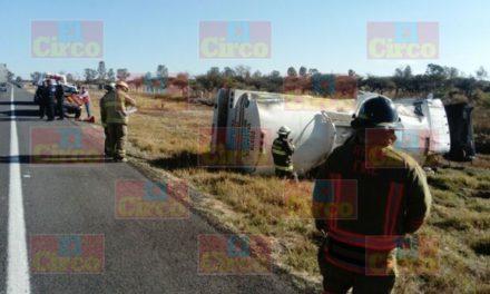 ¡Volcadura de una pipa cargada con combustible dejó al chofer lesionado en Encarnación de Díaz!