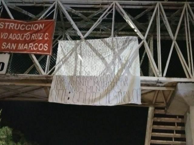 ¡Hallaron una narco-manta colgada en un puente peatonal en Aguascalientes!