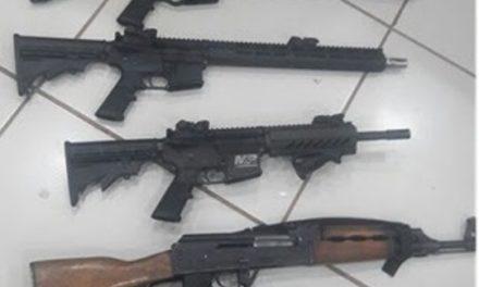 ¡Policías estatales aseguraron armas de fuego, uniformes y equipo táctico en Loreto!