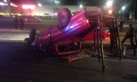 ¡2 lesionados, uno grave, tras impresionante volcadura de una camioneta en Aguascalientes!