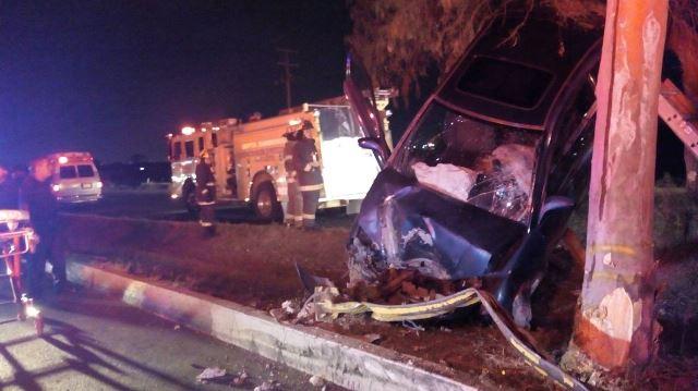 ¡Joven lesionado tras impactar su auto contra un poste y un árbol y luego volcarlo en Aguascalientes!