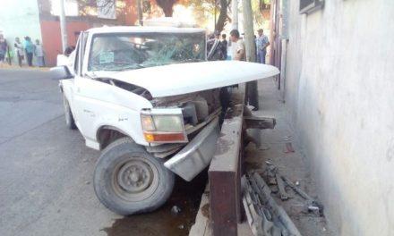 ¡Camioneta chocó contra una estructura metálica en Aguascalientes y el copiloto resultó herido!