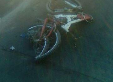 ¡Grave ciclista embestido y arrastrado por un camión de volteo en Aguascalientes!