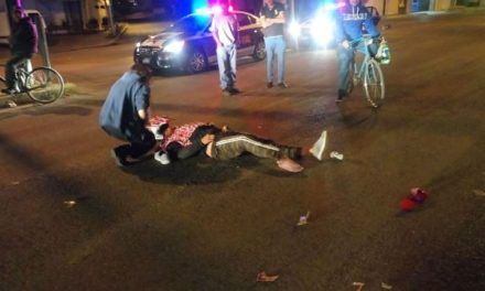 ¡Joven motociclista se fracturó una pierna tras estrellarse contra un auto en Aguascalientes!
