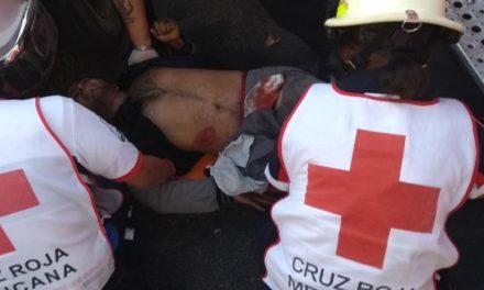¡Grave motociclista impactado por una camioneta y aplastado y arrastrado por un tráiler en Aguascalientes!