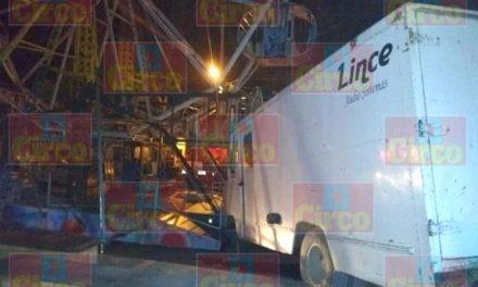 ¡Camioneta se estrelló contra un juego mecánico y un puesto de comida en Encarnación de Díaz!