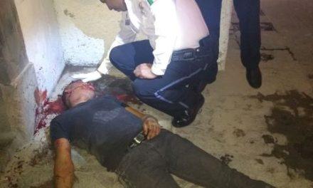 ¡Al borde de la muerte un sujeto que robó unas cervezas a 2 clientes en un antro y éstos lo golpearon en Aguascalientes!