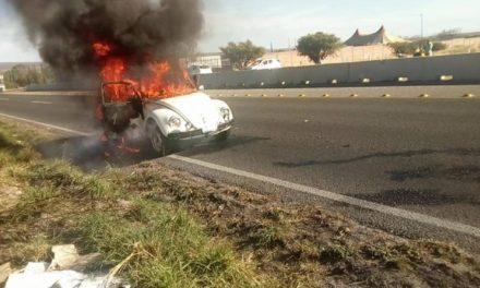 """¡El fuego acabó con un """"vochito"""" en Lagos de Moreno!"""