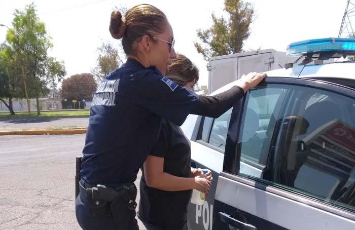 ¡Policías municipales evitan que una empleada de Circle K se suicide con un cinturón!