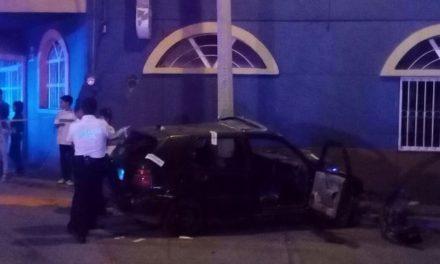¡Agoniza joven automovilista que se estrelló contra 2 postes en Aguascalientes!