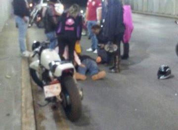 ¡Grave motociclista que se estrelló contra la pared de un puente vehicular en Aguascalientes!
