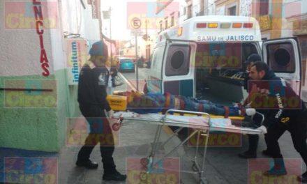 ¡Choque entre una motocicleta y una pipa de gas en Lagos de Moreno dejó 1 muerto y 1 lesionado!