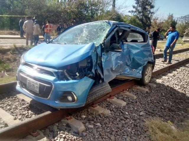 ¡Joven automovilista murió tras ser embestida por el tren en Encarnación de Díaz!