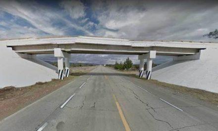 ¡Comerciante murió tras estrellar su camioneta contra el pilar de un puente en Guadalupe, Zacatecas!