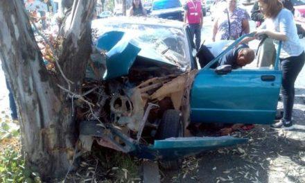 ¡2 lesionados graves tras de que auto se estrelló contra un árbol en Guadalupe, Zacatecas!