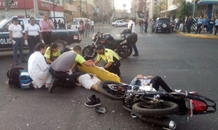 ¡2 alcoholizados hermanos motociclistas chocaron contra una camioneta en Aguascalientes y uno está grave!