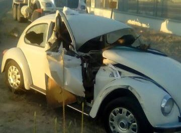 """¡Choque entre un camión revolvedora y un """"vochito"""" dejó 3 lesionados en Aguascalientes!"""