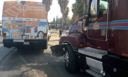 ¡Camión urbano se estrelló contra un tráiler y un automóvil por una falla mecánica en Aguascalientes!