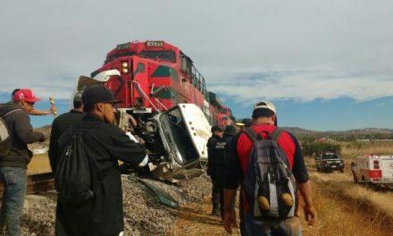 ¡Camión recolector de basura fue embestido por el tren en Guadalupe: 1 muerto y 5 lesionados!