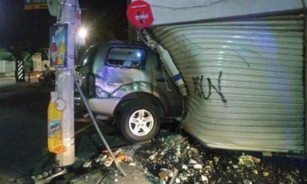 ¡Policía municipal estrelló su camioneta contra una tienda de abarrotes en Aguascalientes!