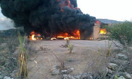 ¡Espectacular incendio de una bodega que almacenaba combustible robado en Lagos de Moreno!