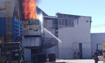 ¡Bomberos municipales sofocaron espectacular incendio en una fundidora en Aguascalientes!