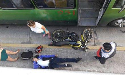 ¡Motociclista lesionado tras estrellarse contra un camión urbano en Aguascalientes!