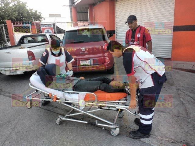¡Motociclista resultó fracturado tras ser embestido por un auto en Lagos de Moreno!