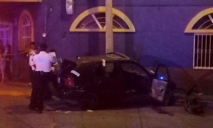 ¡Joven murió tras estrellar su auto contra dos postes en Aguascalientes!