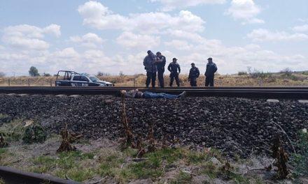 ¡Hallaron muerto a un hombre a un lado de las vías del tren en Aguascalientes!