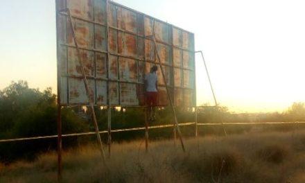 ¡Profesionista se colgó de la estructura de un anuncio espectacular en Aguascalientes!