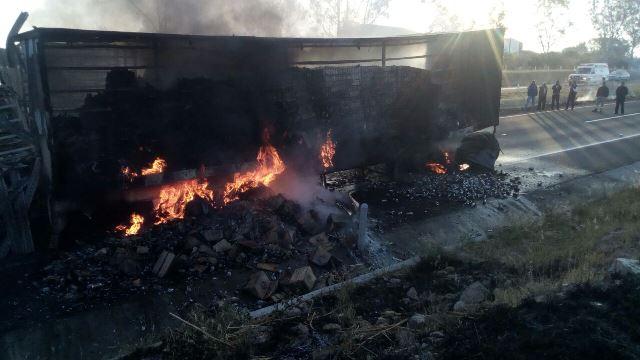 ¡2 trailers chocaron y se incendiaron en Lagos de Moreno y los choferes salieron ilesos!