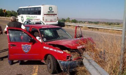 ¡Auto chocó contra una banda metálica de contención en Aguascalientes: 3 lesionados!