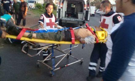 ¡Motociclista atropelló a peatón y ambos resultaron lesionados en Aguascalientes!