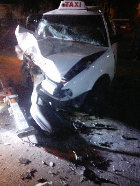 ¡Espectacular choque frontal entre 2 autos dejó 3 lesionados, un par de gravedad!