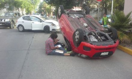 ¡Espectacular choque-volcadura entre 2 autos ocurrió en una zona residencial en Aguascalientes!
