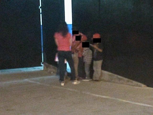 ¡Detuvieron a mujer que agredió a sus hijos menores y a policías municipales en la FNSM!
