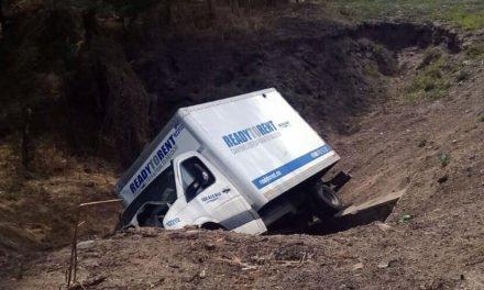 ¡Volcadura de una camioneta de paquetería dejó al chofer lesionado en San Juan de los Lagos!