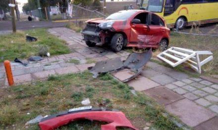 ¡Mujer resultó lesionada tras ser arrollada por veloz automóvil mientras esperaba un camión en Aguascalientes!