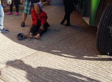 ¡Ancianita resultó lesionada tras ser atropellada por un camión urbano en Aguascalientes!
