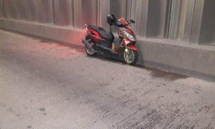¡Joven resultó lesionada tras caer de una motocicleta en un puente en Aguascalientes!