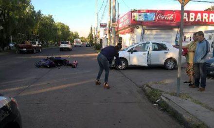 ¡Mujer automovilista embistió a un motociclista por no respetar un señalamiento de alto en Aguascalientes!