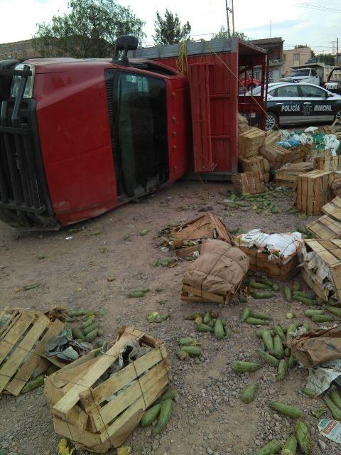 ¡Motociclista resultó lesionado tras estrellarse contra un camión de carga que se volcó en Aguascalientes!