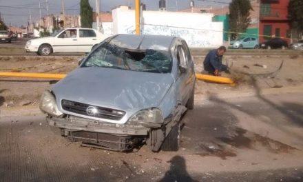 ¡Hombre resultó lesionado tras impactar su auto contra un poste y volcarlo en Aguascalientes!