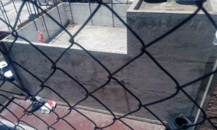 ¡Policías estatales rescataron a una mujer que quedó al borde del vacío en un hotel en Aguascalientes!